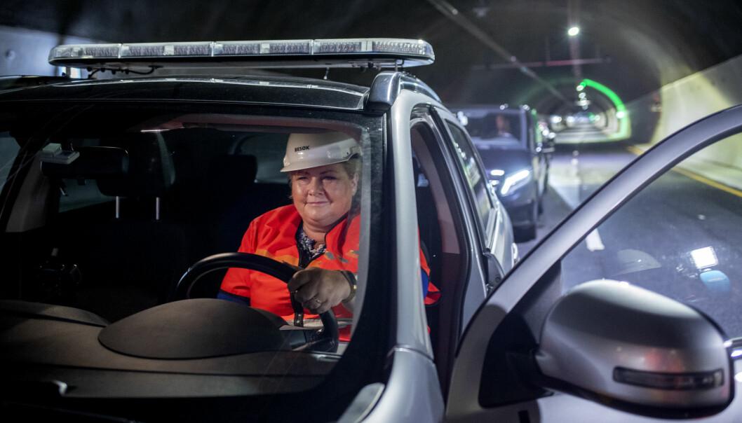KJØRER SELV: Statsminister Erna Solberg (H) fikk låne bil av Statens vegvesen da hun skulle testkjøre den nye tunnelen på E39 Svegatjørn–Rådal.
