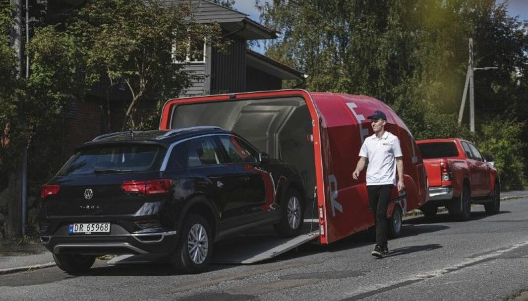 TILBYR ANGRERETT: Kristian Idland Melchior er daglig leder i Rebil. Her leverer han en bruktbil med angrerett til en kunde.