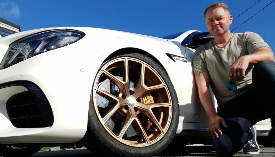GYLNE TIDER: Eiendomsutvikler Paul Groven har gitt sin Mercedes AMG E63S V8 Biturbo med 612 hester den gylne detaljen han synes gir det lille ekstra.