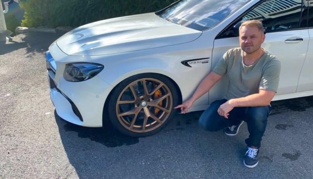 """<span class=""""font-weight-bold"""" data-lab-font_weight_desktop=""""font-weight-bold"""">PEKELEKEN: </span>Paul Groven peker på en ny, norsk trend hvor gullfargede felger blir stadig mer populær. Her med sin Mercedes AMG E63 V8 BiTurbo."""