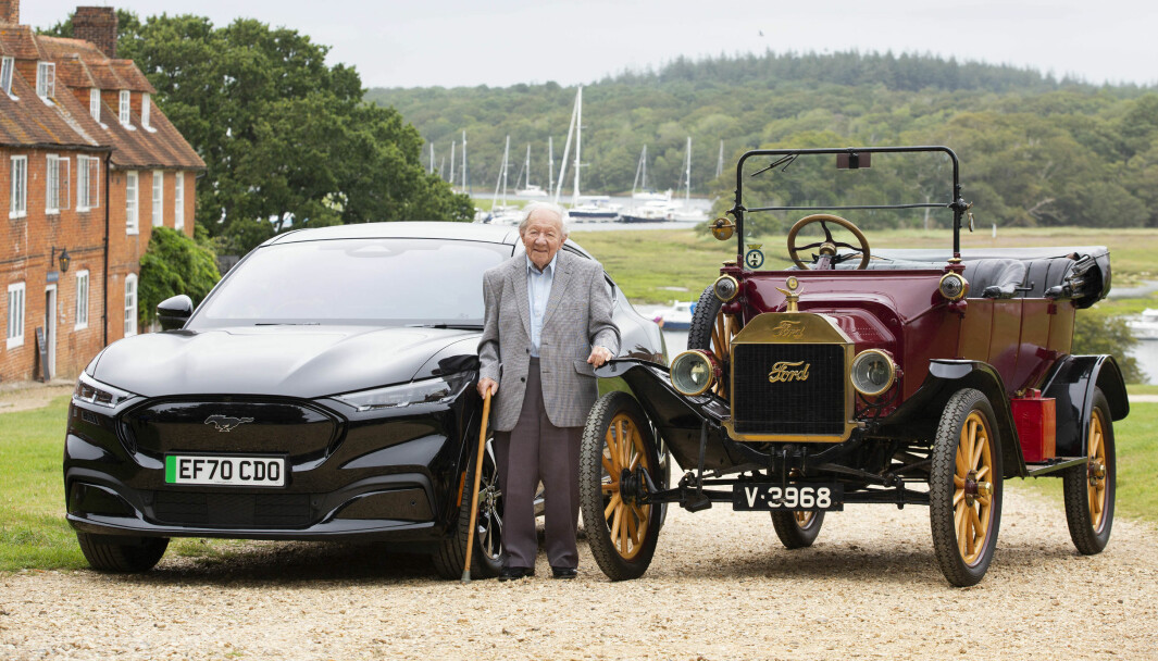 VANSKELIG VALG? Ford-lojalisten Harold Baggott mellom en Mustang Mach-E og Model T.