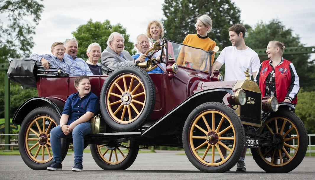 """<span class=""""font-weight-bold"""" data-lab-font_weight_desktop=""""font-weight-bold"""">FIRE GENERASJONER:</span> Familien Baggott med far sjøl bak rattet på en 1915-utgave av Model T fra Fords egen samling."""