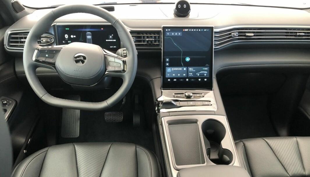 """<span class="""" font-weight-bold"""" data-lab-font_weight_desktop=""""font-weight-bold"""">STILRENT:</span> Førermiljøet er minimalistisk og litt luksuriøst. Materialene føles svært gode, og man får følelsen av å kjøre en dyr bil."""
