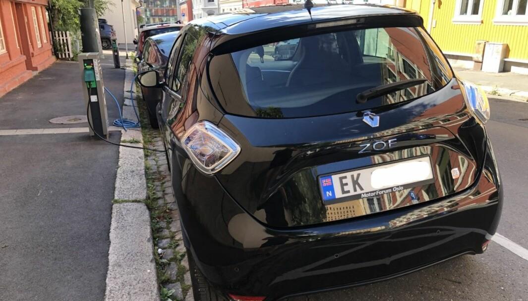 IKKE LAVE: Her lader en Renault Zoe for noen øre kilowatten. Men generelt er ladeprisene i Oslo ikke lave, mener kommunen.