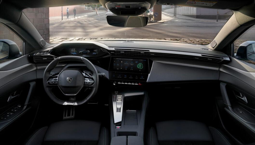 """<span class="""" font-weight-bold"""" data-lab-font_weight_desktop=""""font-weight-bold"""">SÆRPREG:</span> Peugeots spesielle instrumentpanel med et lite ratt og instrumentene på oversiden, krever kanskje litt tilvenning. Motor liker funksjonaliteten, og ikke minst designet."""