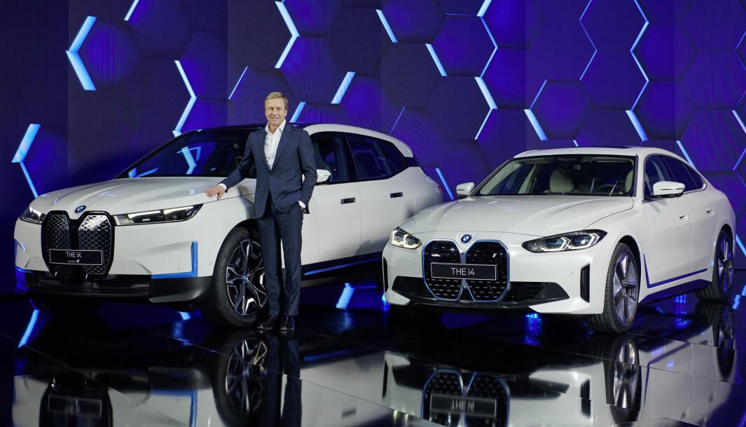 """<span class=""""font-weight-bold"""" data-lab-font_weight_desktop=""""font-weight-bold"""">DAGENS DOBBEL:</span> BMW-sjef Oliver Zipse mellom de allerede lanserte i4 og iX."""