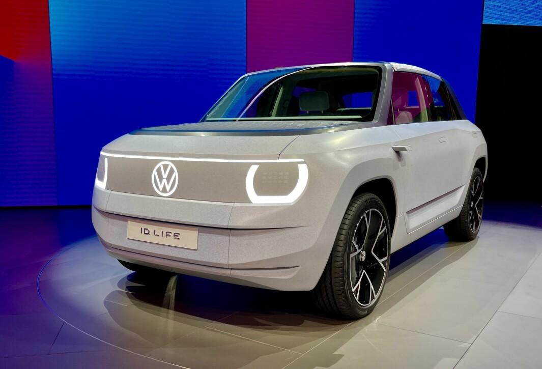 """<span class=""""font-weight-bold"""" data-lab-font_weight_desktop=""""font-weight-bold"""">BYBILEN:</span> VW viste frem ID.Life, men fortsatt i en veldig tidlig konseptversjon. Bilen skal komme i 2025."""