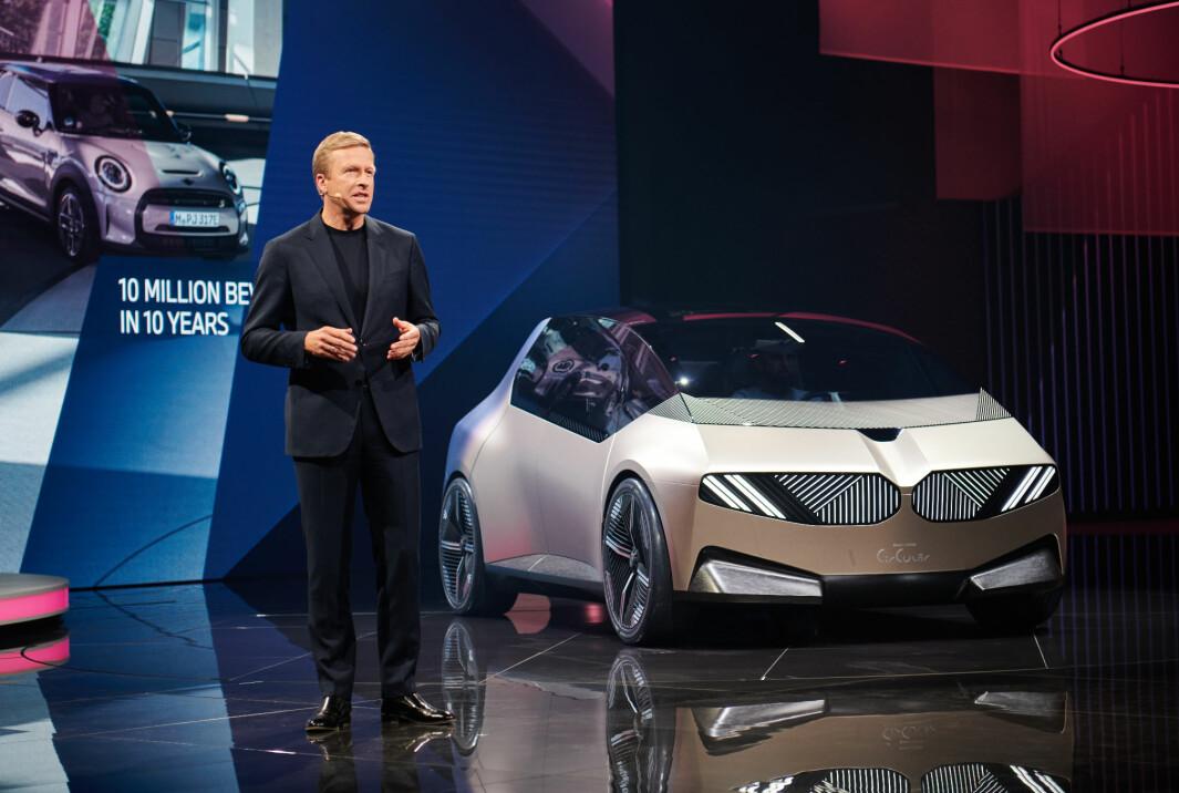 "<span class=""font-weight-bold"" data-lab-font_weight_desktop=""font-weight-bold"">BÆREKRAFT-LØFTE:</span> BMW-sjef Oliver Zipse med konseptet BMW i Vision Circular."