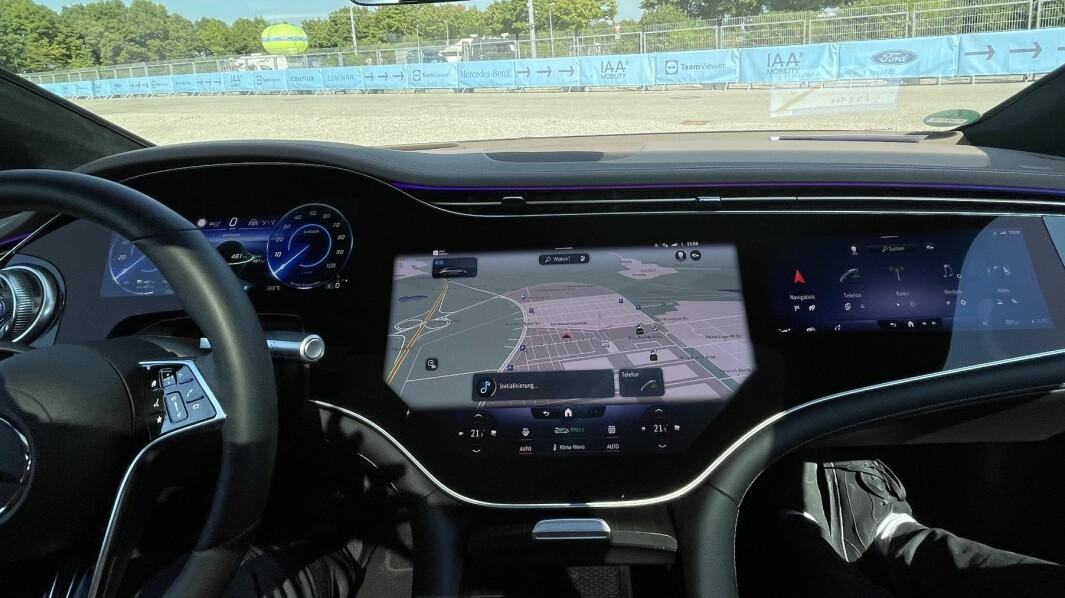 """<span class=""""font-weight-bold"""" data-lab-font_weight_desktop=""""font-weight-bold"""">DEN STORE OVERSIKTEN: </span>«Hyperskjermen» er tre-delt, med sjåførinformasjonen til venstre og kart over klimakontrollene i midten. Den høyre delen kan styres av passasjeren i fremsetet. Hvis det ikke sitter noen i forsetet, vil den høyre delen av skjermen vise et digitalt dekorativt bilde så ikke sjåføren skal fristes til å bruke oppmerksomhet på den delen av storskjermen."""