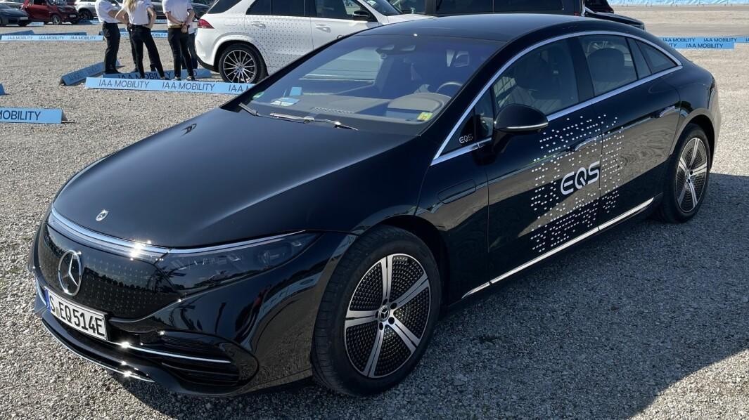 REKKER LANGT: Mercedes EQS er kanskje ingen budsjettvinner, men den setter en ny standard for elbilene.
