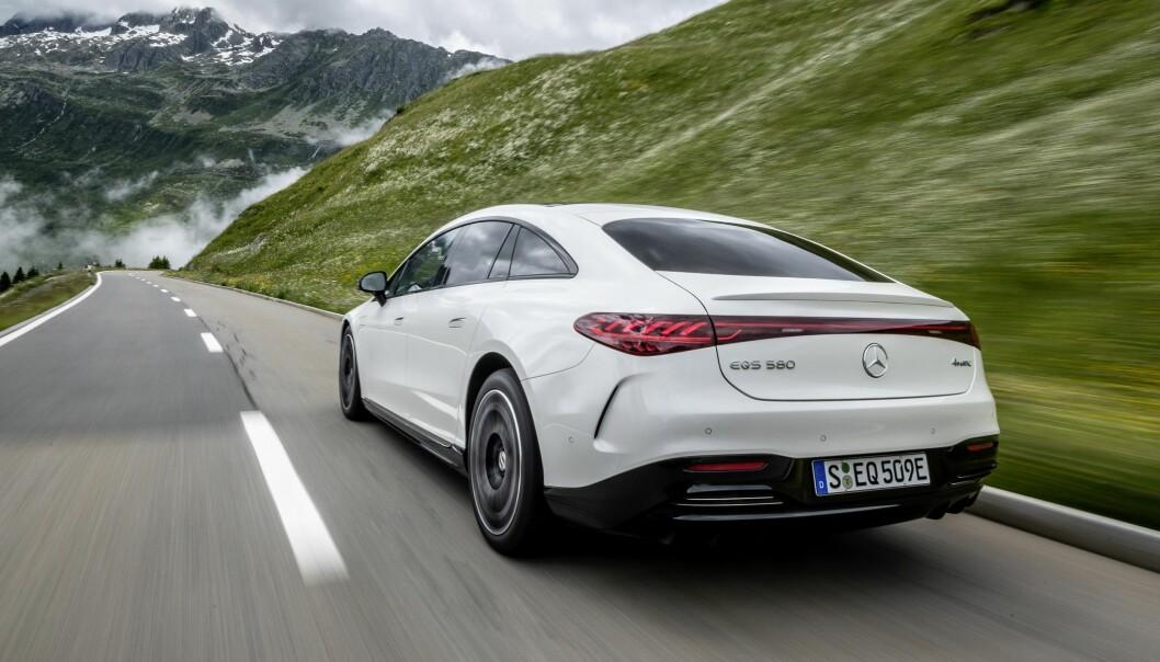 """<span class="""" font-weight-bold"""" data-lab-font_weight_desktop=""""font-weight-bold"""">FOR SAKTE: </span>En helelektrisk Mercedes EQS 580 glir gjennom landskapet, men utviklingen mot et bedre klima går for sakte, mener en tysk miljøvernorganisasjon."""