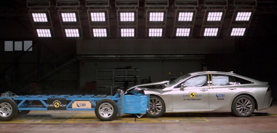 """<span class="""" font-weight-bold"""" data-lab-font_weight_desktop=""""font-weight-bold"""">HYDROGEN-SMELL:</span> Toyota Mirai får maltraktert sitt elegante karosseri i møte med denne barrieren, men klarer seg bra."""