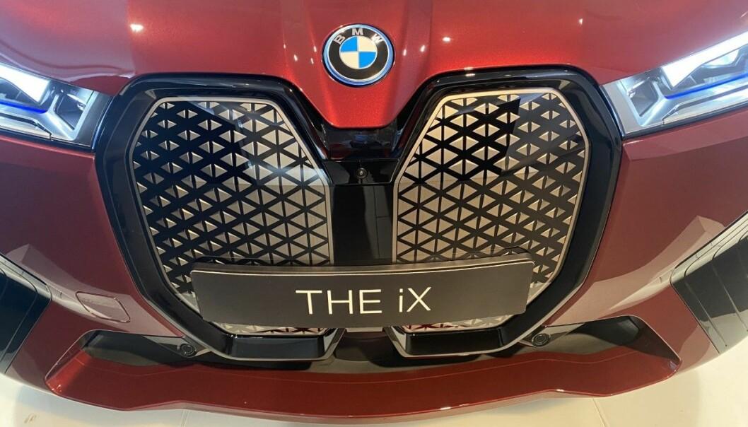 """<span class="""" font-weight-bold"""" data-lab-font_weight_desktop=""""font-weight-bold"""">KAMUFLERT:</span> Spylervæsketanken ligger rett bak den kunstige grillen som rent designmessig hører hjemme på en BMW."""
