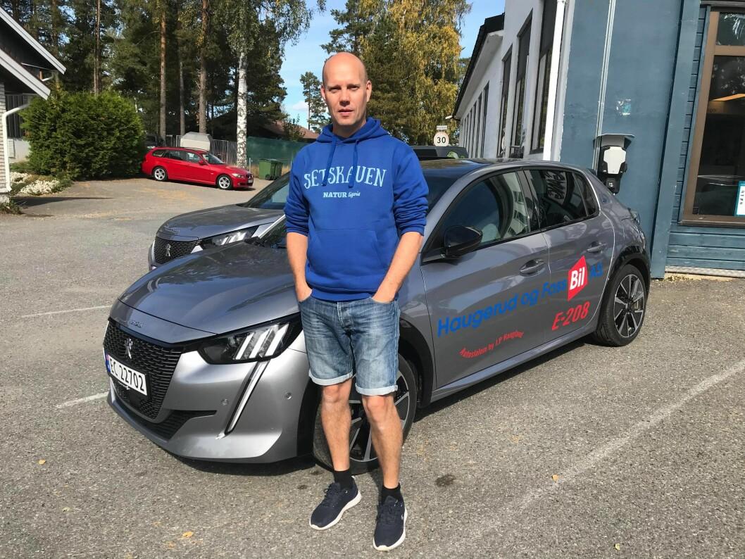 """<span class=""""font-weight-bold"""" data-lab-font_weight_desktop=""""font-weight-bold"""">FRANSK LYN: </span>Jan Petter Haugland har lang erfaring med banekjøring, og mener det er på høy tid å vise at elbiler er velegnede til formålet. Peugeot e-208 veier mindre enn mange andre alternativer på strøm og er lett å manøvrere i konkurranseløp som autoslalåm."""