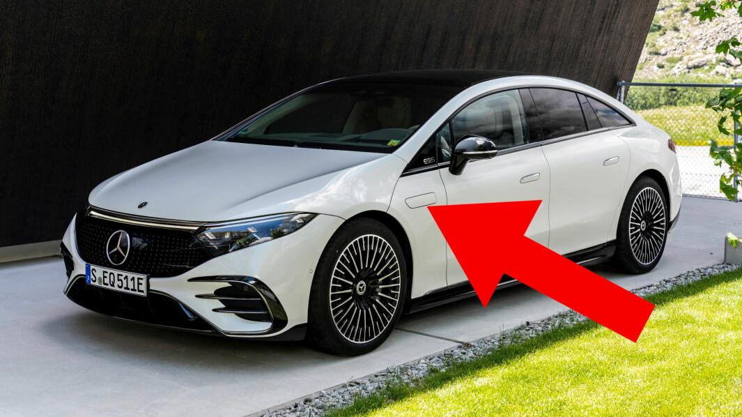 EGEN LUKE: Mellom fordøren og hjulet ser du spylervæskepåfyllingen på Mercedes EQS.