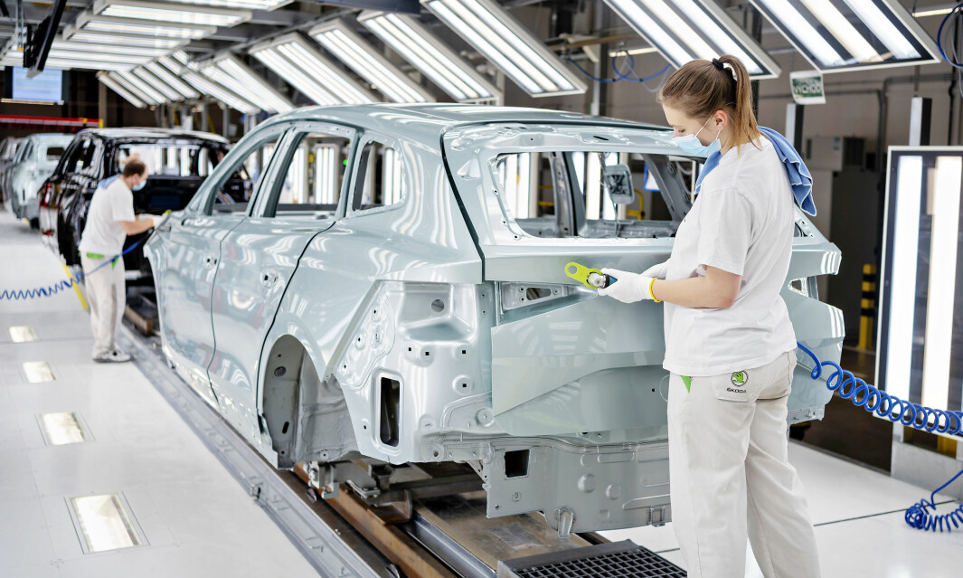 VARSLER ELBIL-KAMP: Produksjon av elbilen Skoda Enyaq på Skodas hovedfabrikk i Mladá Boleslav i Tsjekkia.