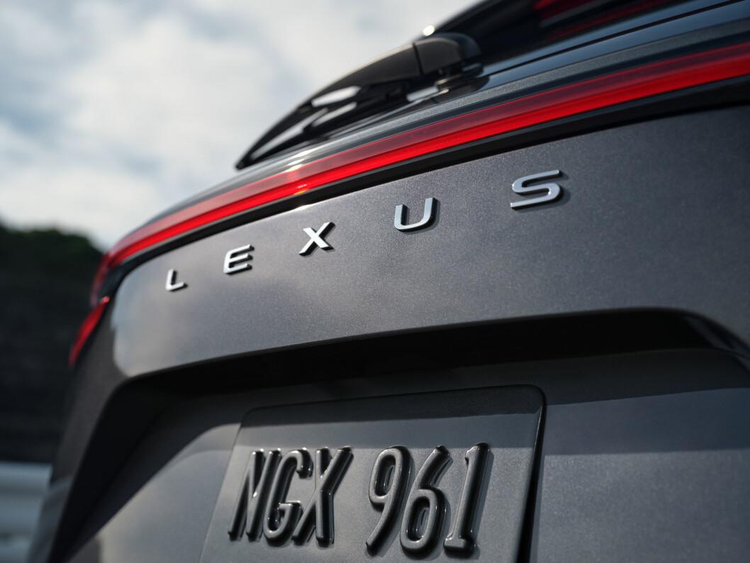 """<span class=""""font-weight-bold"""" data-lab-font_weight_desktop=""""font-weight-bold"""">OG NAVNET ER…: </span>NX 450h+ kommer med Lexus-navnet tydelig på bakluka."""