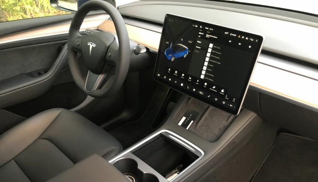 """<span class="""" font-weight-bold"""" data-lab-font_weight_desktop=""""font-weight-bold"""">MINIMALISTISK:</span> Den store midtstilte skjermen inneholder nesten alle bilens funksjoner. Uvant i starten. Blinklyset derimot, sitter samme sted som i alle andre biler."""