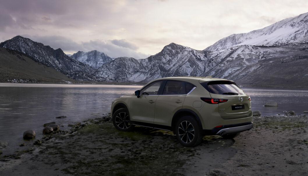 KLIPPEFAST: Mazda CX-5 har hatt mange tilhengere i Norge. Som 2022-modell har den fått noen nye farger.