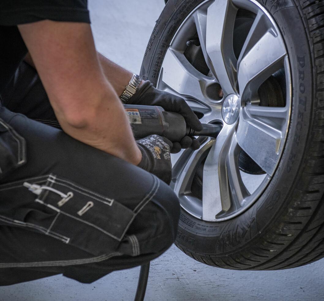 """<span class=""""font-weight-bold"""" data-lab-font_weight_desktop=""""font-weight-bold"""">TIPS:</span> Det er svært viktig å ettertrekke mutterne/boltene på hjulene dine, da de trenger noen kilometer på å sette seg."""