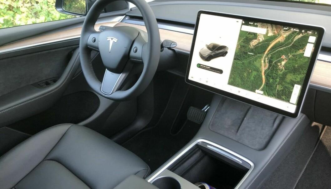"""<span class="""" font-weight-bold"""" data-lab-font_weight_desktop=""""font-weight-bold"""">PRAKTISK:</span> Under skjermen ser man to flater som lader opp mobilen trådløst mens mobilen ligger tilgjengelig og synlig. Bedre enn i alle andre biler."""