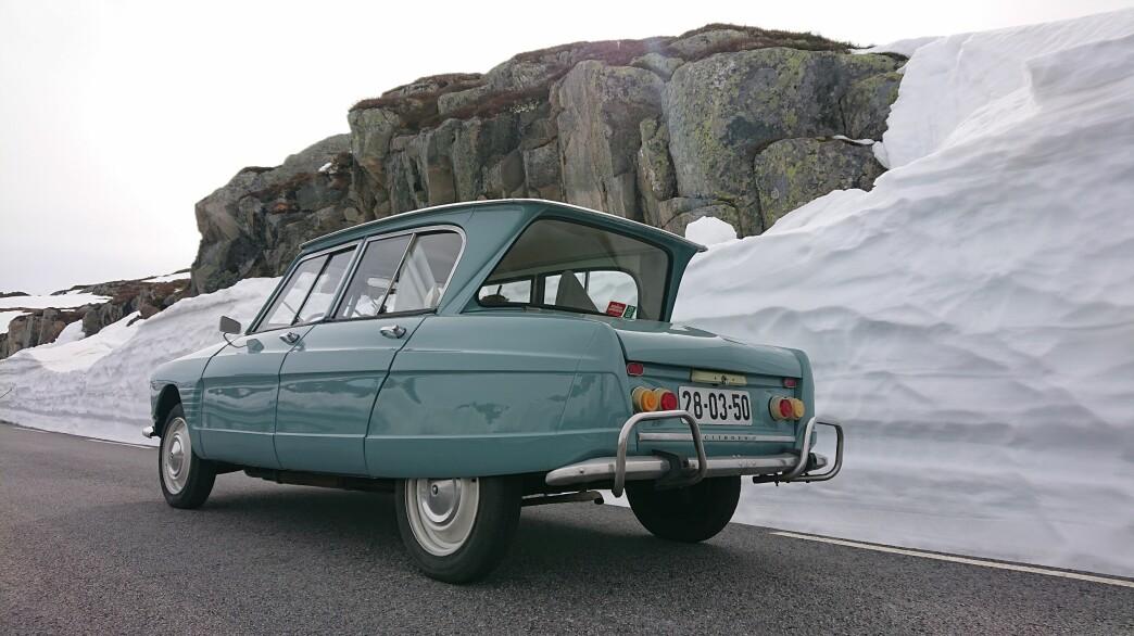 """<span class=""""font-weight-bold"""" data-lab-font_weight_desktop=""""font-weight-bold"""">Z-FORMET:</span> Rogalendingen Thomas Rage skjøtter et pent eksemplar av Citroën sjokkerende nyhet fra 1961: Den z-formede bakruten ble et hett samtaleemne over hele Frankrike."""