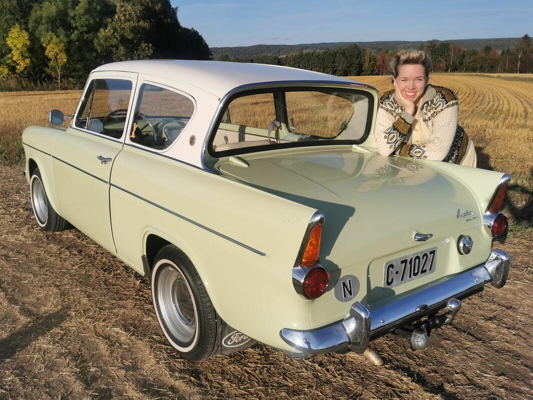 SKRÅBLIKK: Bil-salmaker Astrid Maria Helland mener Ford Anglia med skrå bakrute-løsning bakrute kom seint, men godt, på 1950-tallet – hennes favoritt-tiår.