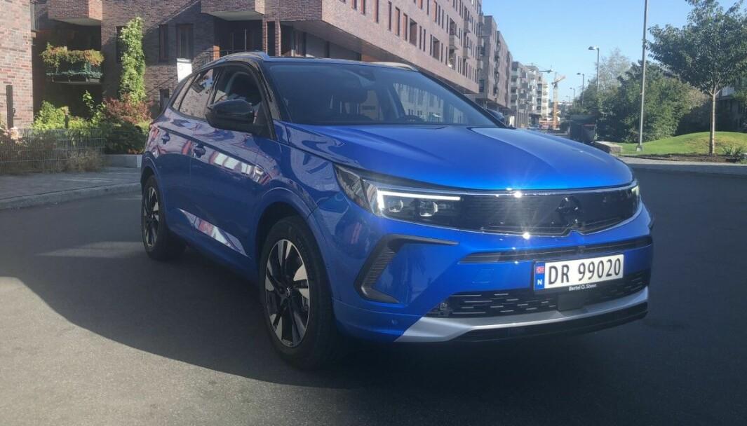 NYTT FJES: Opel Grandland har fått lykter og grill etter den nye Opel-malen.