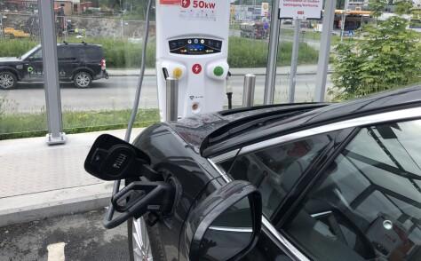 Ladestasjonene skal ikke gi elbileiere strømsjokk