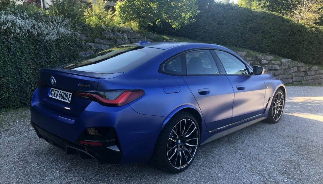 """<span class=""""font-weight-bold"""" data-lab-font_weight_desktop=""""font-weight-bold"""">KJENT PROFIL:</span> De kjente proporsjonene fra 3-serien går igjen i i4. Dette skal være en elbil som appellerer til nettopp de kjøreglade BMW-entusiastene."""