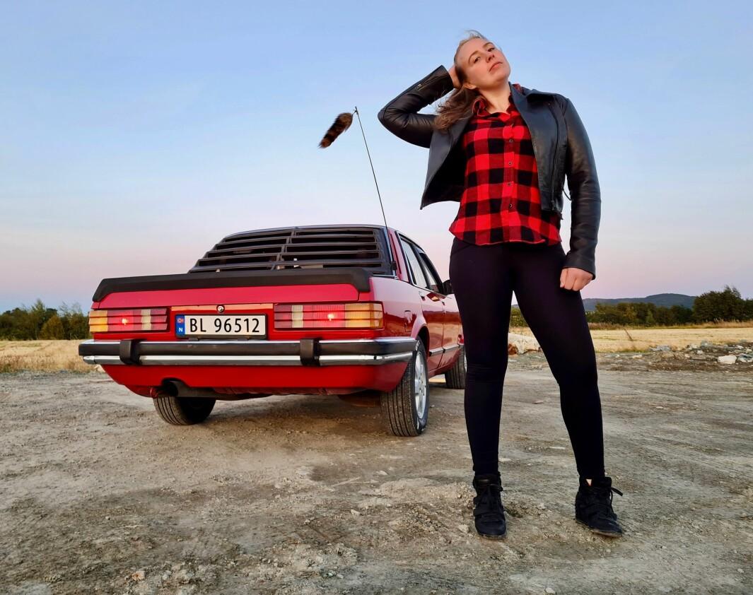 REVEJAKTA: Linda Skavdal er stolt av sin mangeårige turkamerat Ford Granada – og viser gleden ved å pels-pynte antenna.