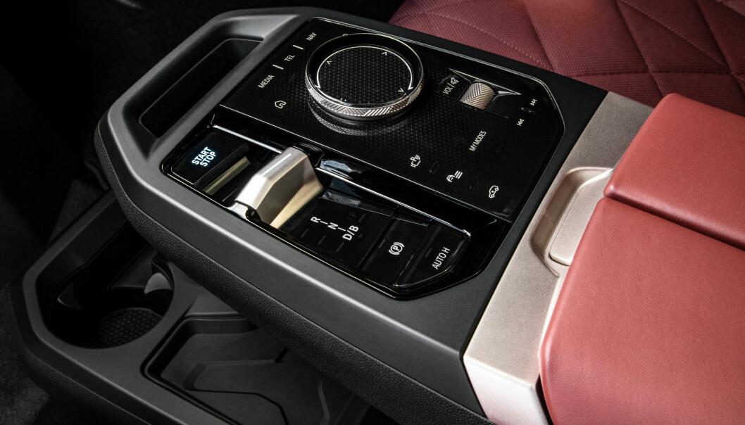 """<span class=""""font-weight-bold"""" data-lab-font_weight_desktop=""""font-weight-bold"""">GJENKJENNELIG:</span> Manøvreringshjulet med trykknapper rundt er en god BMW-finesse som har fulgt med over i iX."""