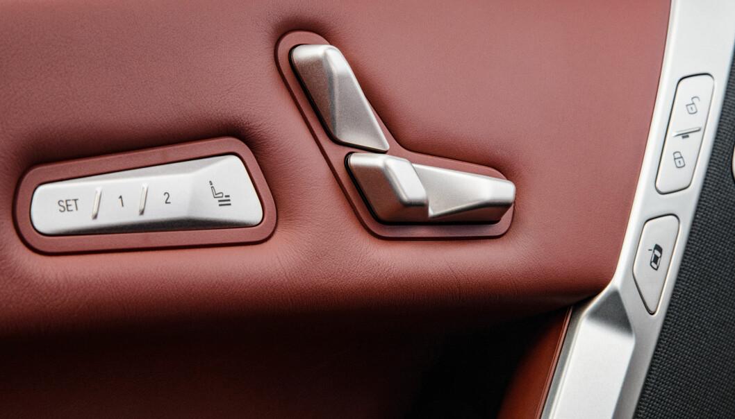 """<span class="""" font-weight-bold"""" data-lab-font_weight_desktop=""""font-weight-bold"""">LITT KOPI: </span>Setebetjeningen kjenner vi fra Mercedes, og knappen (nederst til høyre på bildet) som utløser døren, kjenner vi fra Tesla."""