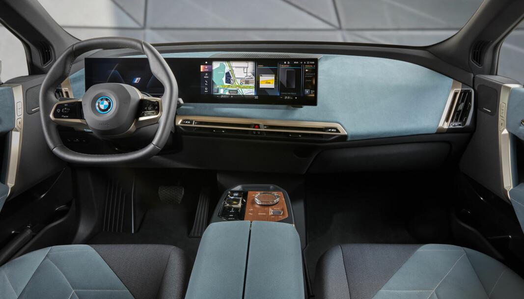"""<span class="""" font-weight-bold"""" data-lab-font_weight_desktop=""""font-weight-bold"""">VENTEROM:</span> Interiøret i BMW iX. Det finnes verre steder å oppholde seg mens bilen parkerer av seg selv."""