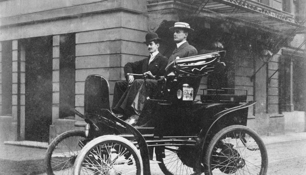 "<span class="" font-weight-bold"" data-lab-font_weight_desktop=""font-weight-bold"">ELBIL: </span>Her er Charles Stewart Rolls ute og styrer en elbil i 1898."