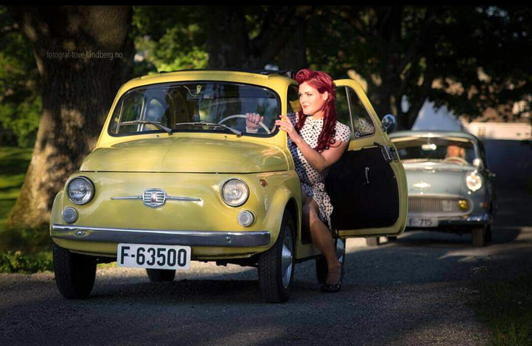 ITALIENSK DESIGN: Tilde Cathrine Kjos-Klevan klyver inn og ut av ulike åk når hun stiller til fotografering – her en klassisk Fiat 500.