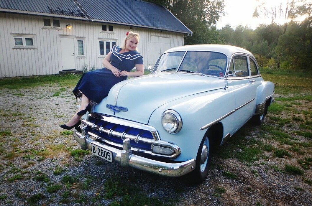 """<span class=""""font-weight-bold"""" data-lab-font_weight_desktop=""""font-weight-bold"""">PANSER:</span> Vibeke Hay Sandmo reiser gjerne i kjole og har tilbakelagt mange hundre mil med sin røslige Chevrolet fra starten av 1950-tallet."""