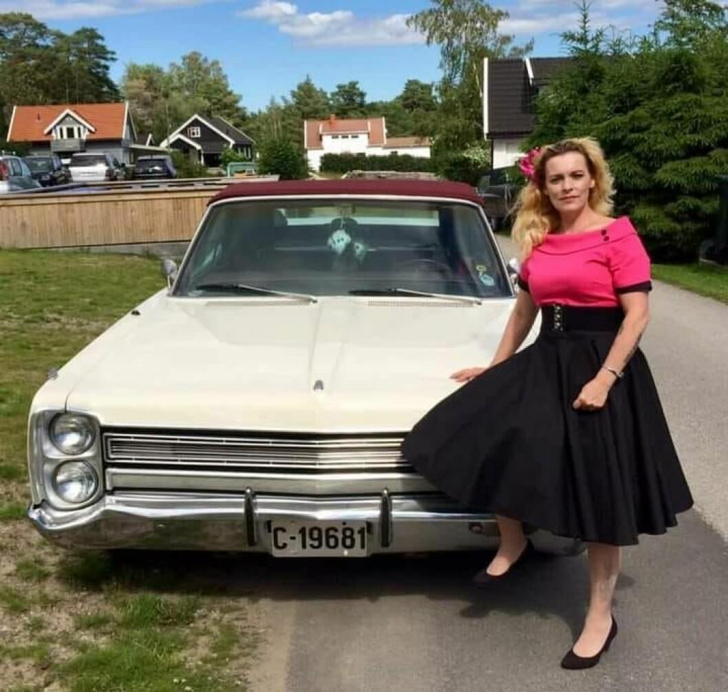 """<span class=""""font-weight-bold"""" data-lab-font_weight_desktop=""""font-weight-bold"""">KJOLIG HØST:</span> June Christine Skogsberg Larsen mener hennes Plymouth er like spesiell som kjolene hun har i skapet."""