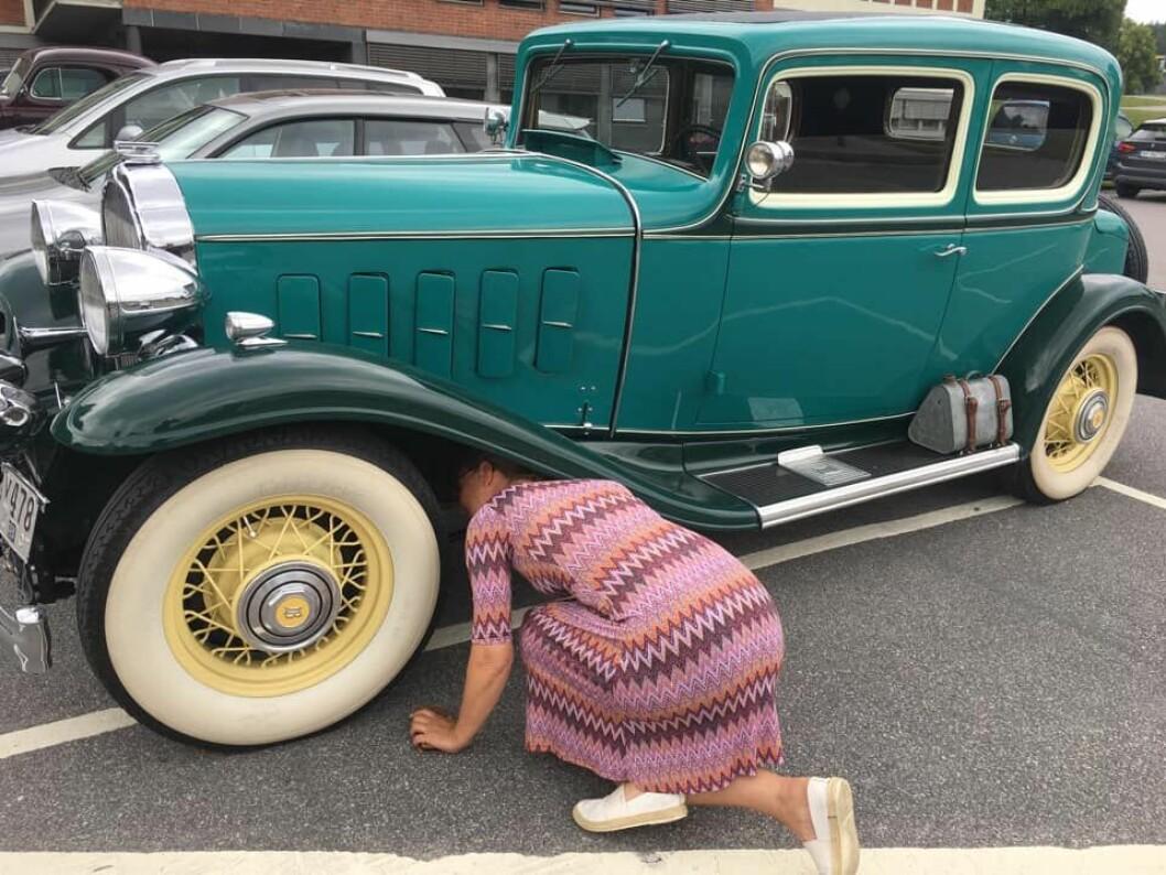 """<span class=""""font-weight-bold"""" data-lab-font_weight_desktop=""""font-weight-bold"""">INSPEKTØREN:</span> Jeannette Karlsnes synes folk maser så mye om lekkasjer på eldre biler at hun ønsket å sjekke selv."""