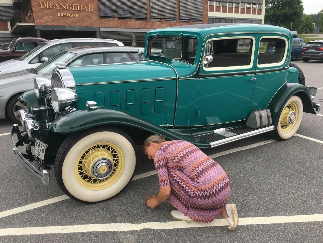 """<span class=""""font-weight-bold"""" data-lab-font_weight_desktop=""""font-weight-bold"""">BØY OG TØY:</span> Jeannette Karlsnes finner lite galt med husholdningens Buick fra 1932."""