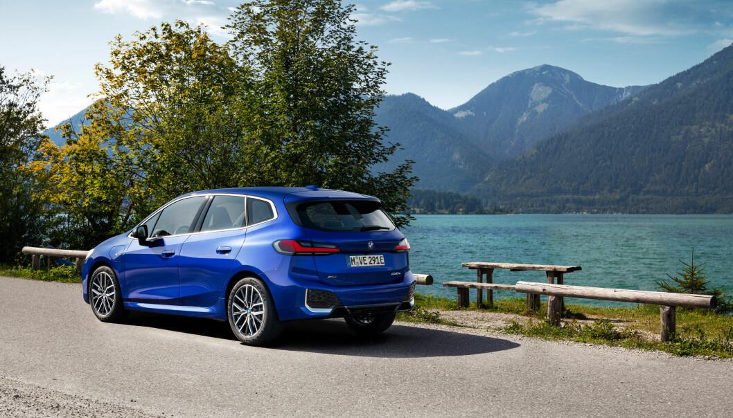 """<span class="""" font-weight-bold"""" data-lab-font_weight_desktop=""""font-weight-bold"""">MER ELEGANT: </span>Kraftig stigende taklinje på en høy kompaktbil er en designmessig utfordring BMW ikke har taklet særlig bra. Men på den nye modellen ser vi framgang."""