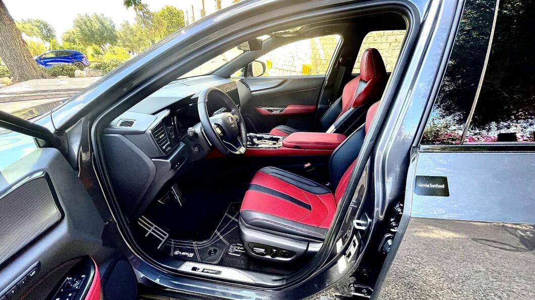 """<span class=""""font-weight-bold"""" data-lab-font_weight_desktop=""""font-weight-bold"""">STIG PÅ:</span> Med smarttelefon, navigasjon, kjøretøykommandoer, multimediefunksjoner og nettilkobling er det omtrent hundre måter for føreren å samhandle med bilen på, ifølge Lexus sin egen telling."""