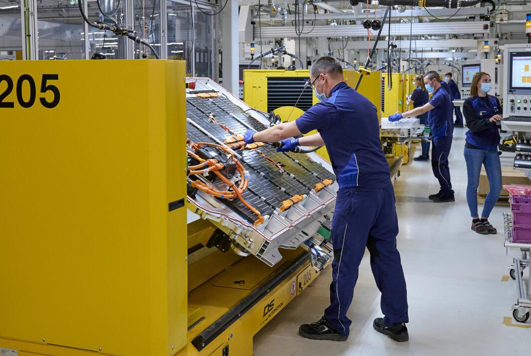 ELBILPRODUKSJON: Fra monteringen av høyspenningsbatterier ved BMW-fabrikken i Dingolfing.