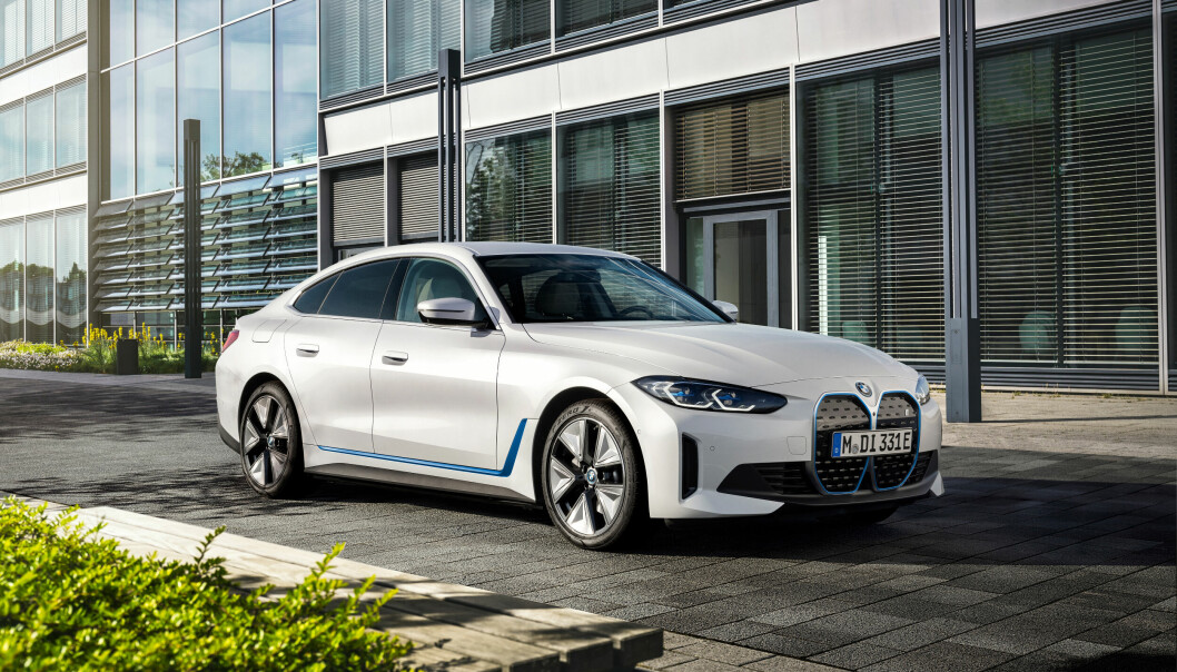 """<span class="""" font-weight-bold"""" data-lab-font_weight_desktop=""""font-weight-bold"""">KLASSISKE LINJER:</span> I4 har den samme store grillen som den enda mer spektakulære SUV-en iX. I praksis har ikke grillen noen betydning på en elbil, men BMW vil selvsagt opprettholde sitt sterke særpreg."""