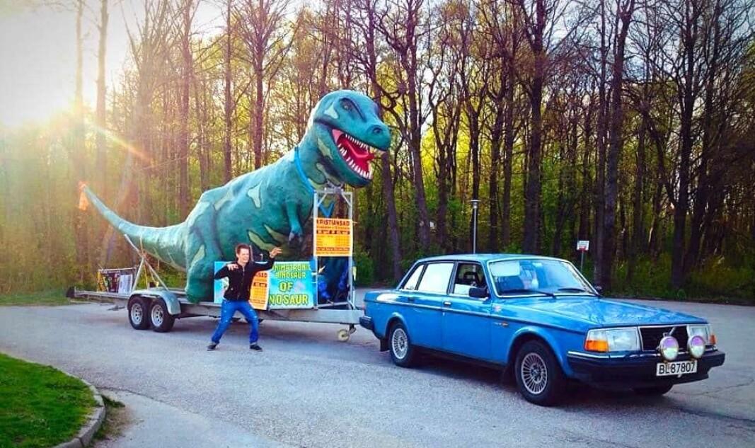 """<span class=""""font-weight-bold"""" data-lab-font_weight_desktop=""""font-weight-bold"""">DINOSAUR-TILHENGER:</span> Even Eikås kjørte en stund rundt med en stiv dinosaurfigur på hengeren – nå går det mest i mer levende ting – i jobben som anleggsgartner i Kristiansand-området."""