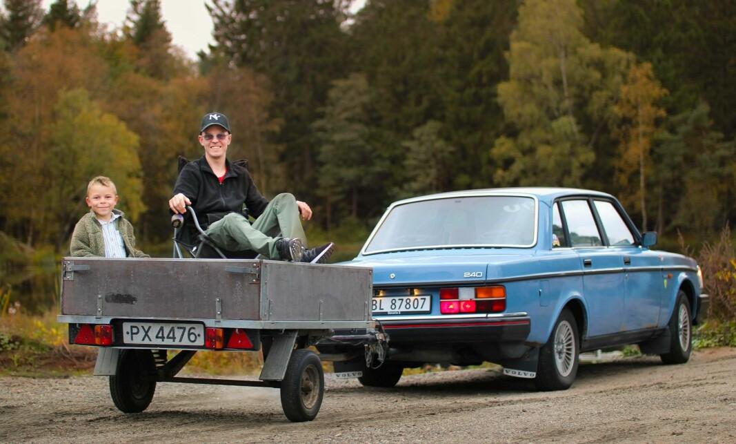 HENGERGLEDE: Even Eikås og hans sønn Matheo (6) løser hverdagslige transportbehov med røslig tilhenger. Som bildet viser, kan den også benyttes som balkong.