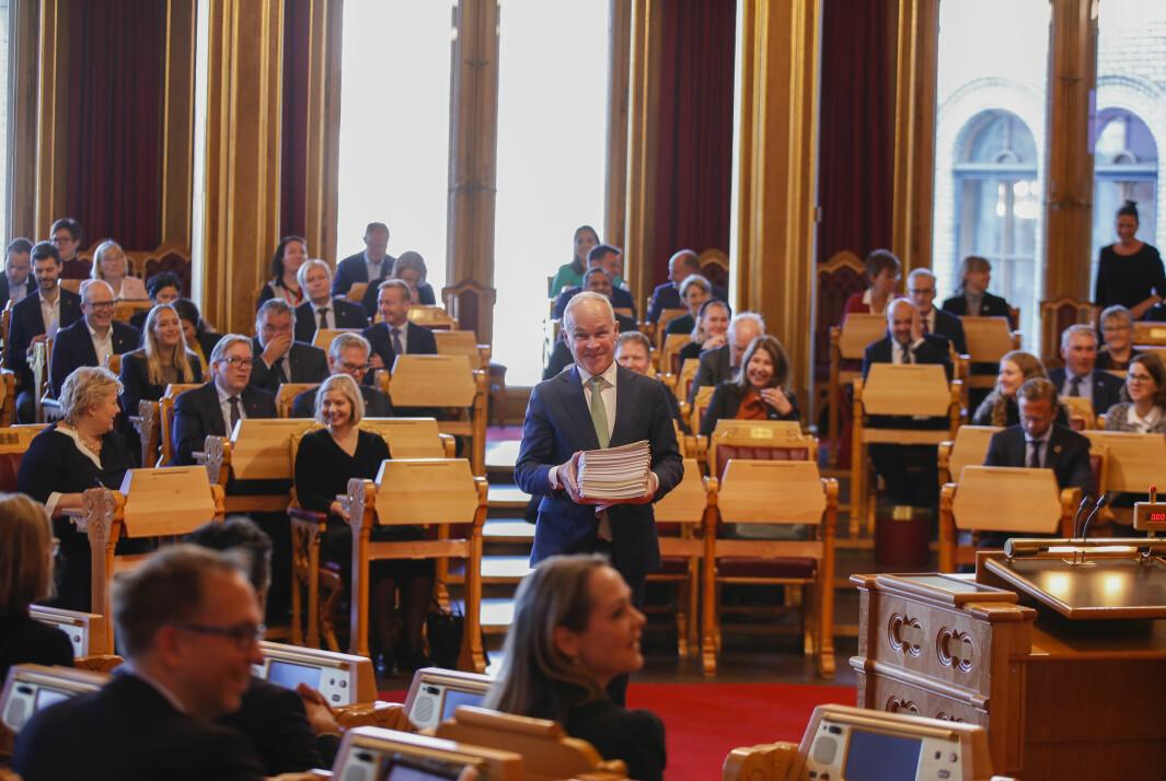SISTE DANS: Finansminister Jan Tore Sanner (H) på vei til Stortingets talerstol med 28 proposisjoner fra regjeringen før han presenterte statsbudsjettet for 2022 i Stortinget.