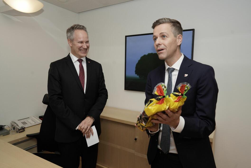 GEMYTTLIG STEMNING: Påtroppende samferdselsminister Jon-Ivar Nygård (Ap) og avtroppende Knut Arild Hareide (KrF) torsdag.